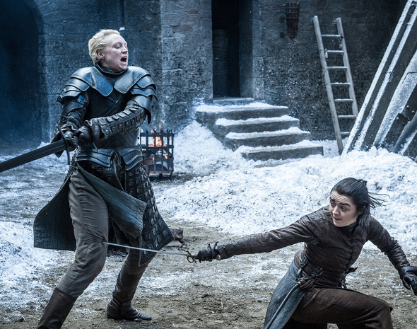 Gwendoline Christie en el papel de Brienne de Tarth y Maisie Williams como Arya Stark.