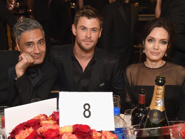 Taika Waititi, Chris Hemsworth y Angelina Jolie.